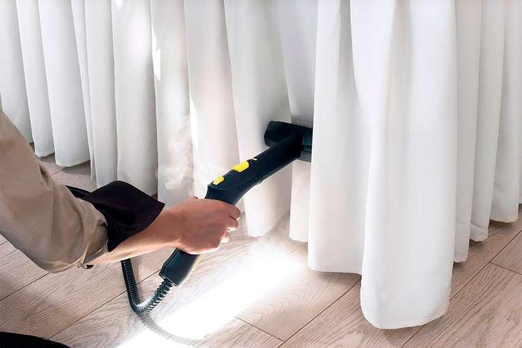 Как делать чистку штор на весу