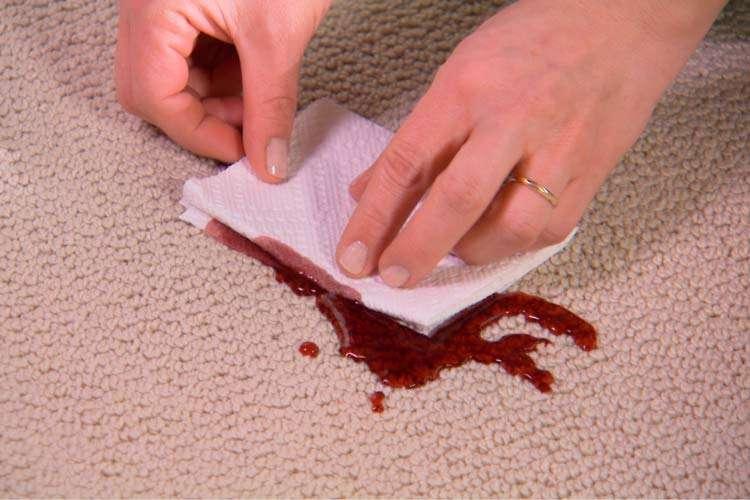Как почистить ковролин от крови