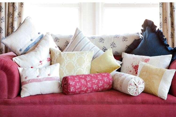 Как почистить диванные подушки