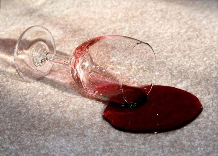 Как вывести пятно от вина или сока с дивана