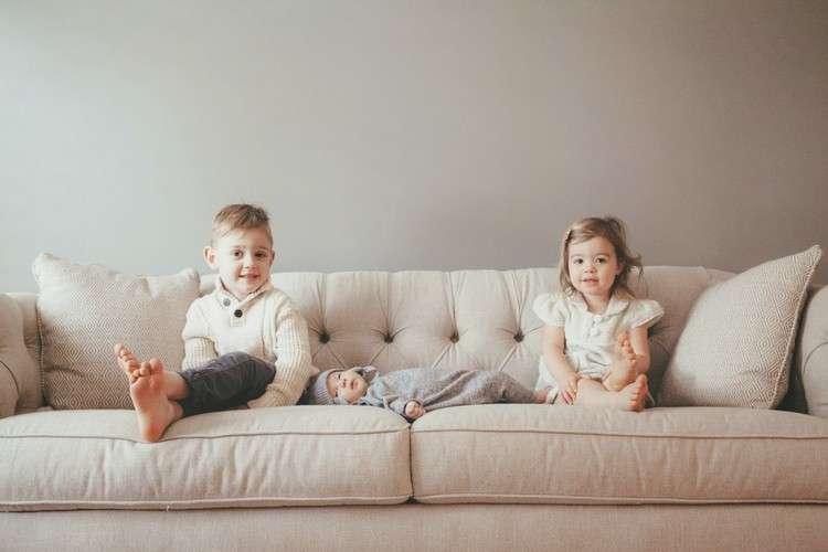 Как вывести пятна и запах мочи с дивана