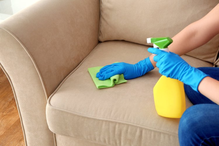 Этап чистки дивана